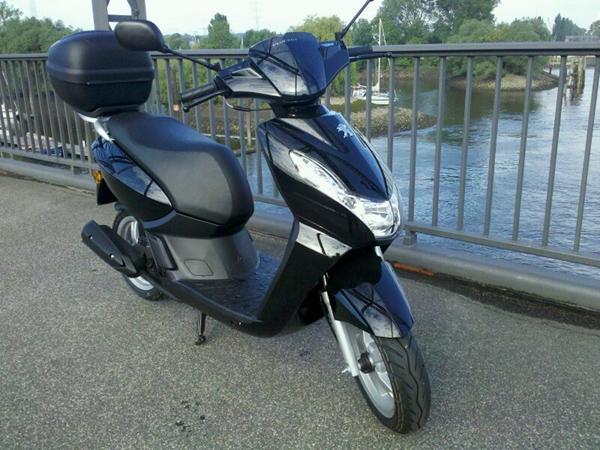Schwarzes Moped Peugeot Kisbee